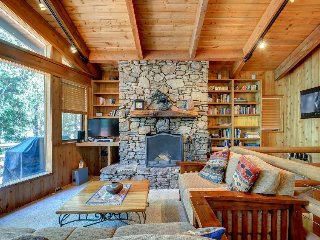 Charming, dog-friendly two-story cabin lodge w/ deck - great for families! - Idyllwild vacation rentals
