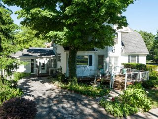 Inn Bloom. Freshly Decorated. Lush Gardens. Great Outdoor Spaces. - South Haven vacation rentals