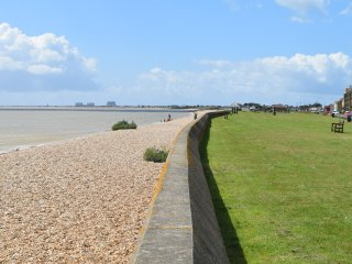 Spacious apartment with lovely sea views - Littlestone vacation rentals