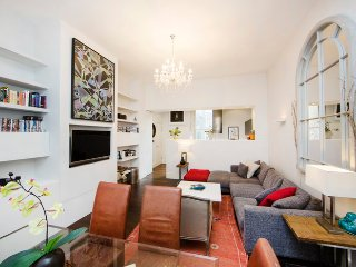 Spacious one bedroom holiday apartment with high ceilings & wood floors located just 3 minutes walking to nearest transport hub. - London vacation rentals