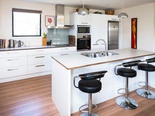 Modern 3 Bed Wanaka Holiday House (w fire place) - Wanaka vacation rentals
