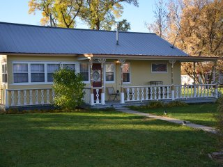 Perfect Cottage with Internet Access and A/C - Lewellen vacation rentals