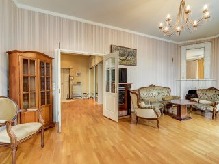 Cozy apartment at the corner Nevsky/Karavannaya st - Petrodvortsovy District vacation rentals