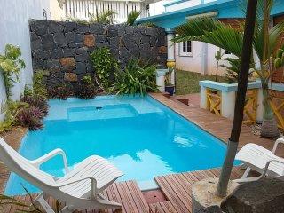 Bungalow avec accès directe à la mer et  piscine - Pointe Aux Sables vacation rentals