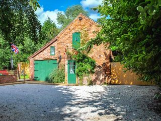 SQUIRREL BARN, WiFi, off road parking, pet-friendly, Milwich, Ref 915614 - Milwich vacation rentals