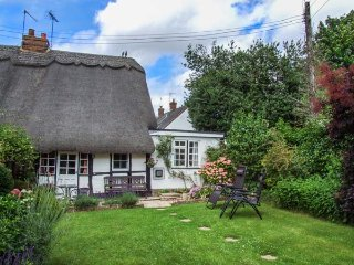 APPLE TREE COTTAGE, Grade II listed, thatched, king-size bed, woodburner, enclosed garden, in Harvington, Ref 928555 - Harvington vacation rentals