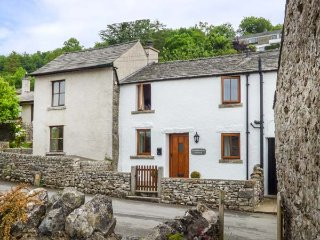 CINDERBARROW COTTAGE, mid-terrace, parking, garden, WiFi in Witherslack, Ref - Witherslack vacation rentals