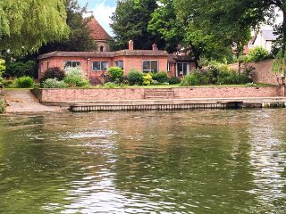 NINEA, riverside with mooring onto River Thames, large and comfortable, Wallingford, Ref 933452 - Wallingford vacation rentals
