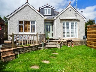 THE FIRS, woodburner, hot tub, lawned garden, pet-friendly, Truro, Ref 934690 - Truro vacation rentals
