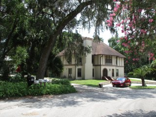 Swiss-Floridian $49 (y) with a hot/cold breakfast, has a kitchen  near Stetson - DeLand vacation rentals