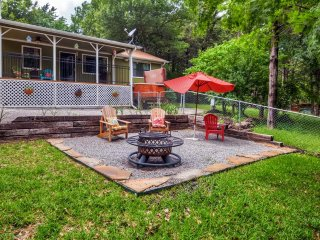Buy 2 Nights, Get 1 Free! 'Windsor Cottage' Private 2BR Lake Texoma Home w/Private Hot Tub, Wifi, Cantina & Much More - Only a Half Mile to HOA Boat Dock, Near Casinos & Other Attractions! - Pottsboro vacation rentals