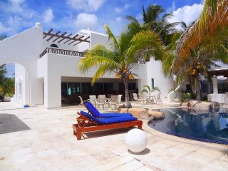 Bright 4 bedroom House in Chicxulub with Garage - Chicxulub vacation rentals