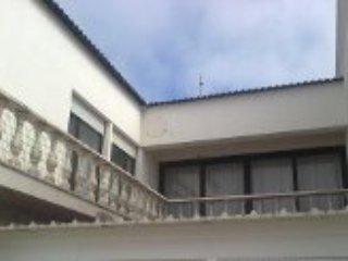 Moradia em zona sossegada e perto da praia - Sao Pedro vacation rentals