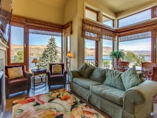 Stylish condo w/ shared hot tub, pool & lake vistas, nearby beach access! - Chelan vacation rentals