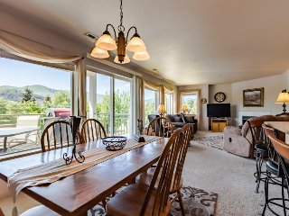 Bright Lake Chelan condo w/ shared swimming pool/hot tub! - Chelan vacation rentals