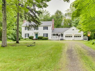 Colonial home with a yard & deck, close to golf & skiing! - Killington vacation rentals