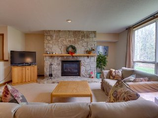 Cozy condo near the slopes w/shared hot tub, pool, fitness & more! - Dover vacation rentals