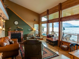 Perfect waterfront lodge with dock access and private deck! - Chelan vacation rentals