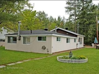Waterfront Cottage for Rent on Calumet Island - L'lle-du-Grand-Calumet vacation rentals