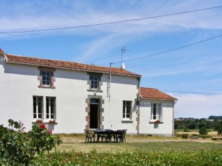 Comfortable house with swimming pool - Fontenay-le-Comte vacation rentals