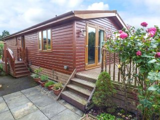 CHELSTON LODGE, superb log cabin on holiday park, pet-friendly, good touring location, Pocklington Ref 905337 - Pocklington vacation rentals
