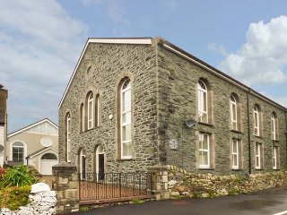 TY'N YN CAPEL, chapel conversion, underfloor heating, en-suite, WiFi, Llanberis, Ref 938970 - Llanberis vacation rentals