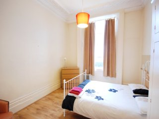 HOLIDAY ONE BEDROOM FLAT IN PADDINGTON/PATIO IN W2 - London vacation rentals