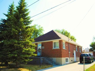 3 Bedroom with 1.5 Bath and 5 Mins Away from Falls - Niagara Falls vacation rentals