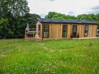 BRIDGE LODGE, hot tub, all ground floor, open plan, rural setting, Bridgnorth, Ref 940786 - Bridgnorth vacation rentals