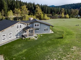 Beautiful & spacious riverfront estate w/ private hot tub. Dogs welcome! - Leavenworth vacation rentals
