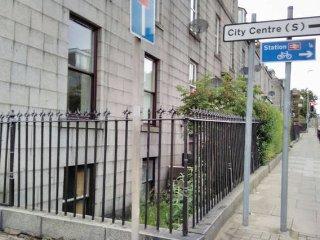 5 bedroom house in city centre parking & garden - Aberdeen vacation rentals
