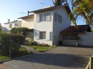 Excelente casa em condomínio fechado com piscina - Cachoeira do Bom Jesus vacation rentals
