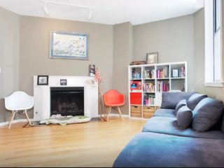 Furnished 2-Bedroom Apartment at W Chicago Ave & N Dearborn St Chicago - Chicago vacation rentals