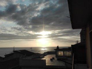 Ampio appartamento fronte mare in centro - Gioiosa Marea vacation rentals