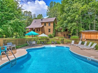 Rustic 3BR Sandy Hook Log Cabin w/Private Outdoor Pool, Wifi, Fire Pit & Separate Screened-in Lodge - Sleeps 25, Perfect for Entertaining! Near Wineries & Other Attractions - Sandy Hook vacation rentals