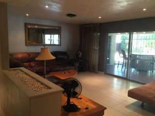 DOwntOwn BIG 4BD House WIFI/CABLE/FIREPLACE/PATIO - Las Vegas vacation rentals