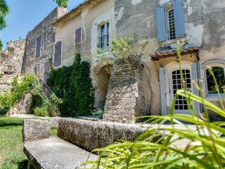 The charm and character of Luberon's old stone buildings - Oppede vacation rentals