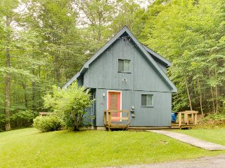 Classic, dog-friendly cabin in the woods w/ private deck - West Dover vacation rentals