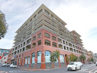 Modern 2 bed serviced apt, pool, gym, views & more - Cape Town vacation rentals
