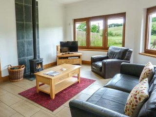 DRUMFAD BARN, all ground floor, lawned garden, pet-friendly, countryside views, Port William, Ref 939510 - Port William vacation rentals