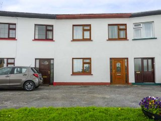 THE CRESENT COTTAGE, mid-terraced house with BBQ, WiFi, close to Trump International and Lahinch Golf Links, in Miltown Malbay, Ref 68989 - Milltown Malbay vacation rentals
