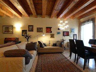 Superior apt overlooking Palazzo della Ragione and Piazza delle Erbe - Padua vacation rentals