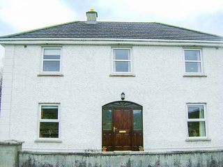 CLADDAGH HOUSE, detached, private garden, in Foxford, Ref 933544 - Foxford vacation rentals