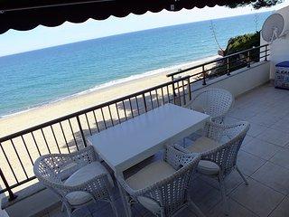Direct to the beach, pool, wifi, tennis, air condi - Miami Platja vacation rentals