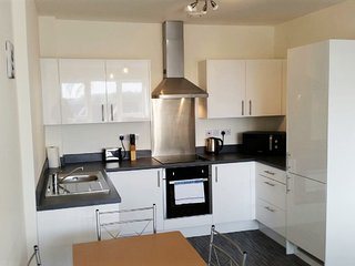 Bright & Modern 1 bed, High Spec + Wifi, Sleeps 5 - Swindon vacation rentals
