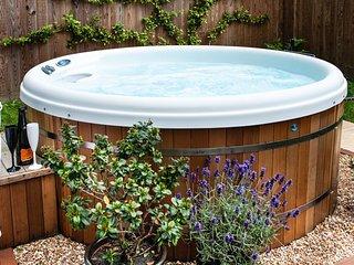 THE RETREAT Hot Tub,short breaks, breakfast basket - Lyme Regis vacation rentals