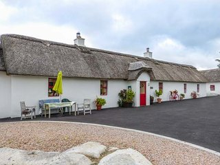 FAN TAMAILL, thatched cottage, open fire, dogs welcome, ample parking, Lettermacaward, Ref 10724 - Lettermacaward vacation rentals