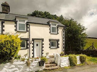 1 RHES TYDDYN, double-fronted cottage, open fire, dog friendly, hillside views, Cerrigydrudion, Bala, Ref 936148 - Bala vacation rentals