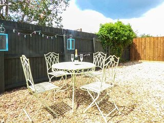 MENDIP VIEW, single-storey, off road parking, enclosed gravelled courtyard, in Frome, Ref 939702 - Frome vacation rentals