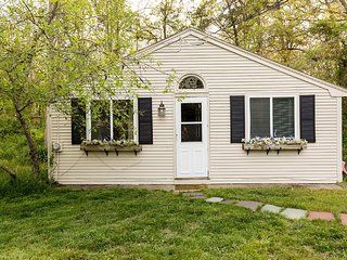 Adorable Cottage with Central Heating and Washing Machine - Waquoit vacation rentals